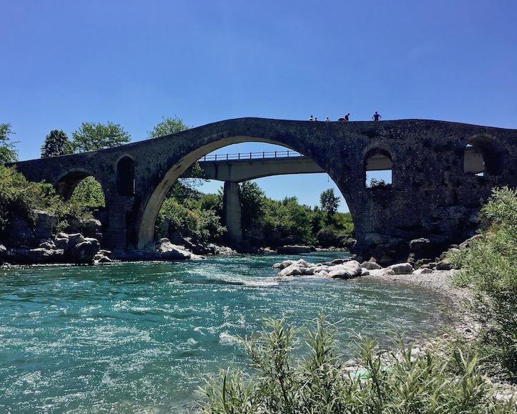 Alte und neue Mesi Brücke in Albanien