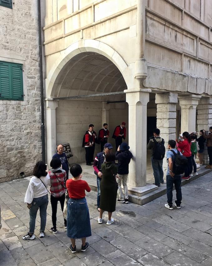 Sibenik Altstadt am Fluss Krka Adriaküste Kroatien UNESCO-Weltkulturerbe Am Ausgang des Baptisterium der Kathedrale des Hl. Jakob in Sibenik