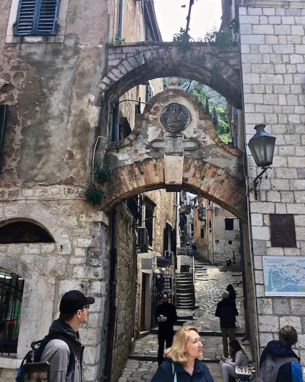 Aufgang zu den Wehrmauern von Kotor Montenegro