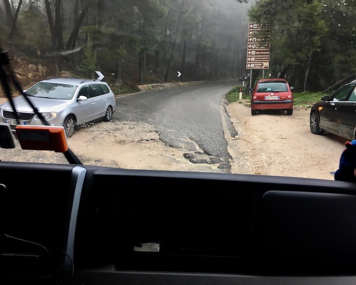 Ausgespülte Straße in Albanien