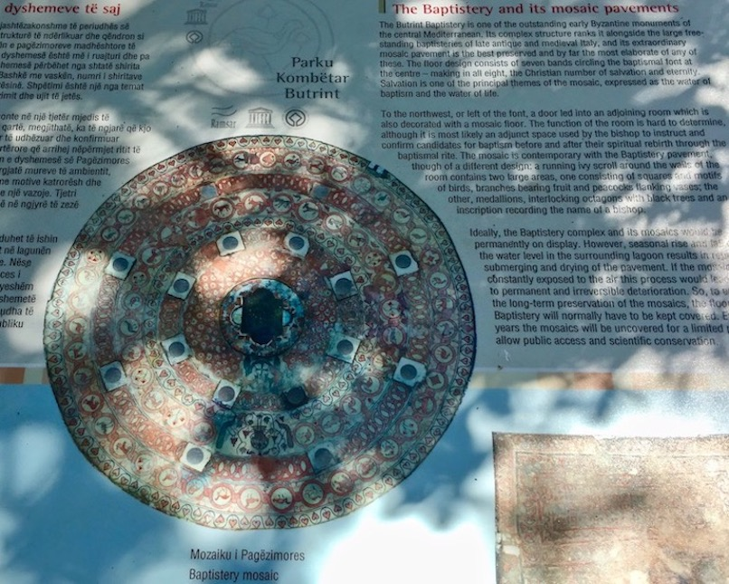 Bild des Mosaikbodens des Baptisterium in Butrint Albanien