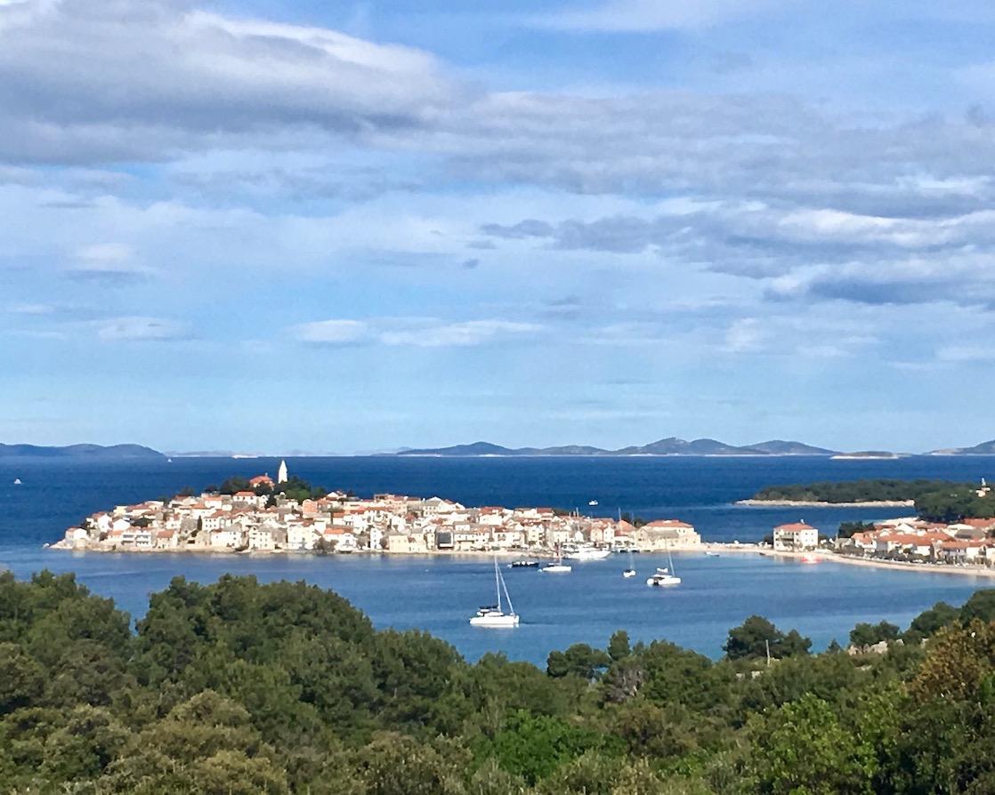 Primosten Historische-Altstadt Adriaküste Dalmatien Kroatien Blick auf Primosten Kroatien