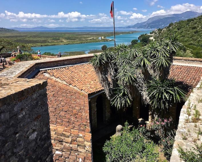 Blick vom Kastell Butrint auf den Vivar-Kanal und nach Korfu
