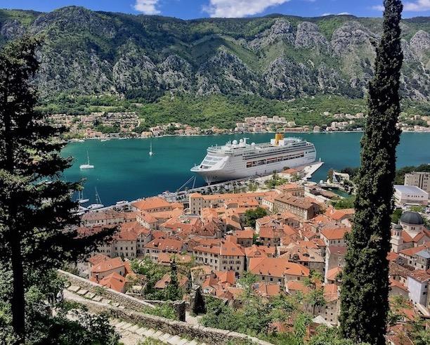 Blick von der Wehrmauer in Kotor Montenegro