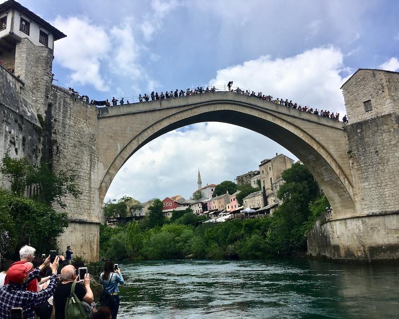 Brückenspringer von Stari most in Mostar Bosnien-Herzegowina