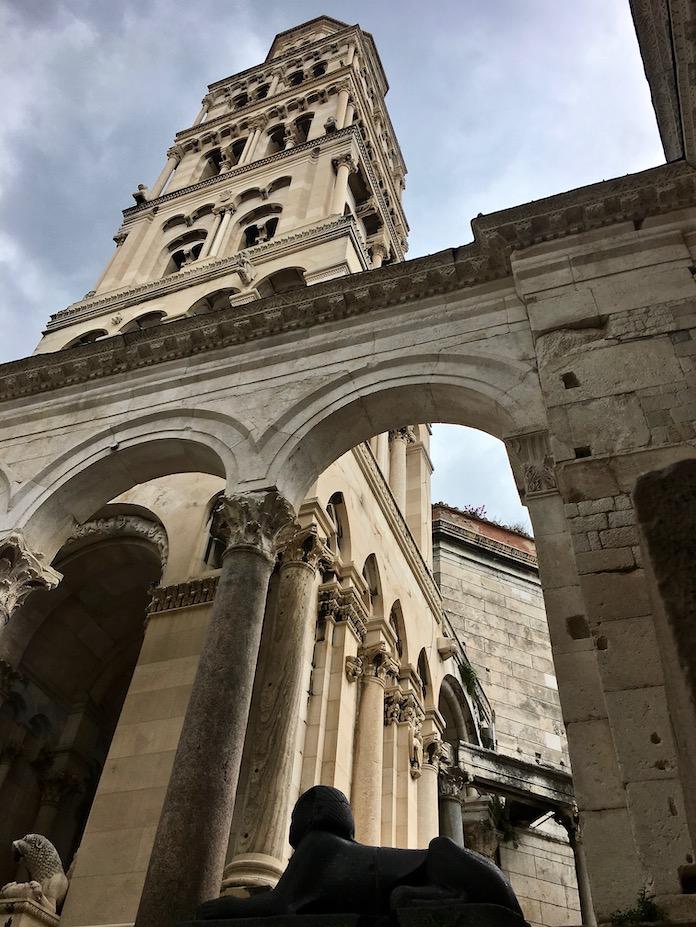 Split Historische-Altstadt UNESCO-Weltkulturerbe Adriaküste Dalmatien Kroatien Campanile des Doms St Domnius mit Bögen des Peristyls in Split Kroatien
