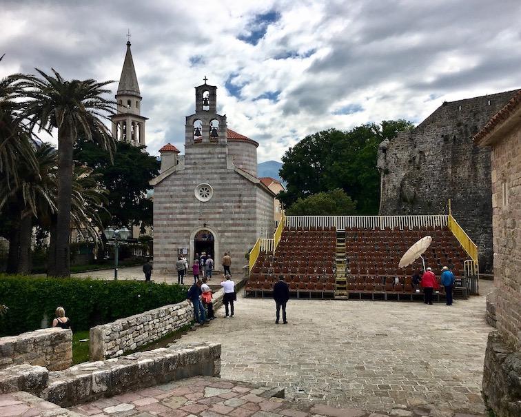 Dreifaltigkeitskirche mit Turm des Johanniterordens in Budva Montenegro