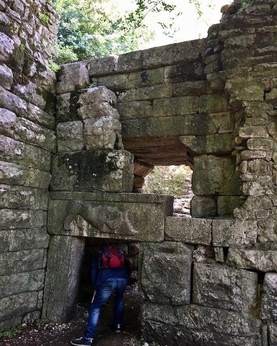 Durchgang durchs Löwentor in Butrint Albanien