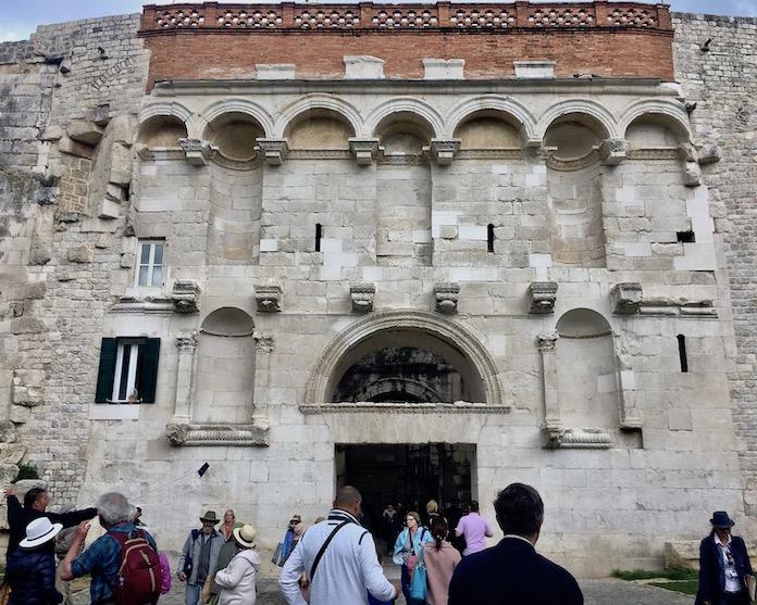 Split Historische-Altstadt UNESCO-Weltkulturerbe Adriaküste Dalmatien Kroatien Eingang durch das Goldene Tor in Split Kroatien