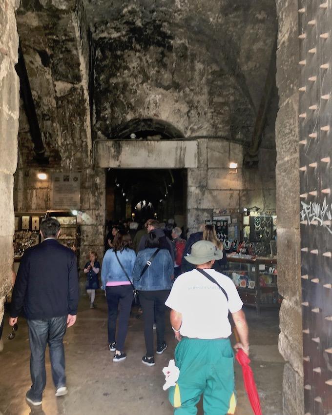 Split Historische-Altstadt UNESCO-Weltkulturerbe Adriaküste Dalmatien Kroatien Eingang in die Keller des Diokletian Palast in Split