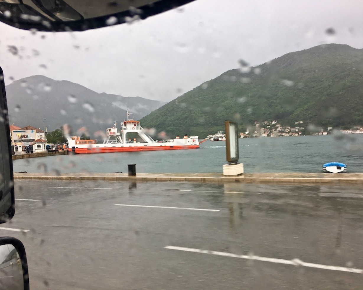Fähre bei Kamenare über Kotor-Bucht
