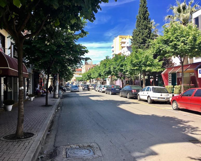 Geschäftsstraße mit Baumallee in Lezha Albanien