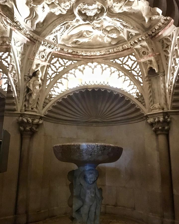Sibenik Altstadt am Fluss Krka Adriaküste Kroatien UNESCO-Weltkulturerbe Gewölbe mit Taufbecken im Baptisterium in der Kathedrale des Hl.Jakob SibenikT