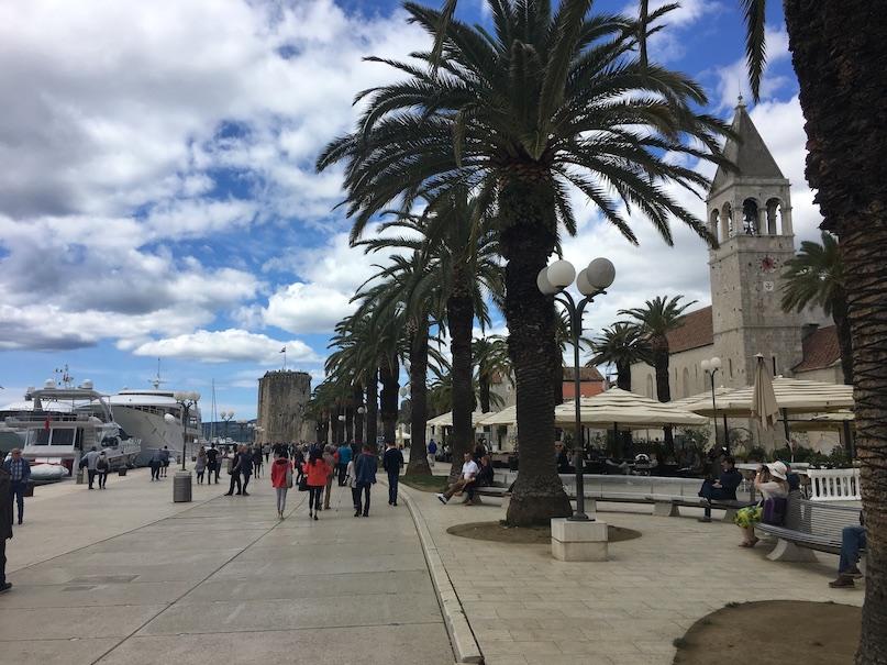 Trogir Kroatien Historische-Altstadt UNESCO-Weltkulturerbe Adriaküste Kroatien Hafenpromenade in Trogir Kroatien