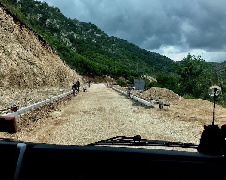 Handarbeit beim Straßenbau in Montenegro