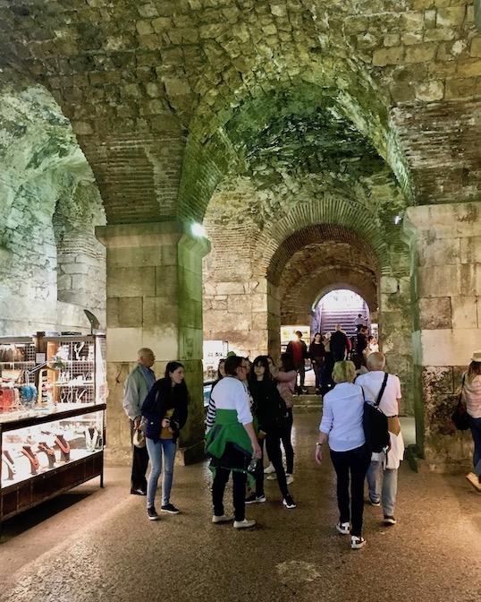 Split Historische-Altstadt UNESCO-Weltkulturerbe Adriaküste Dalmatien Kroatien Keller des Diocletian Palast in Split Kroatien