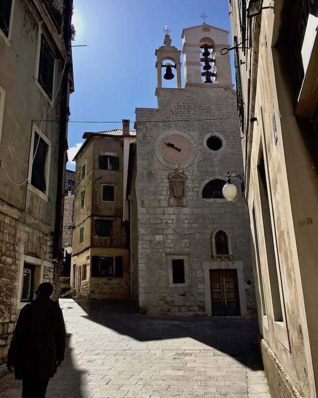 Sibenik Altstadt am Fluss Krka Adriaküste Kroatien Kirche St.Barbara mit Turm und Uhrstock Sibenik Kroatien