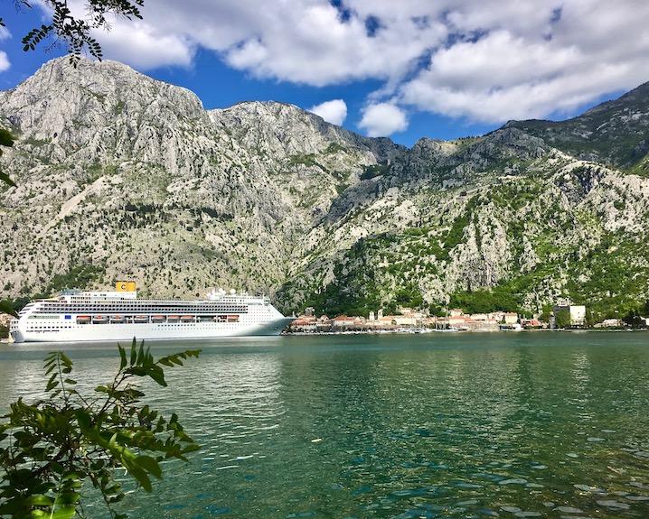 Kreuzfahrtschiff vor Kotor Montenegro
