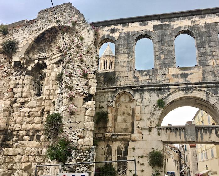 Split Historische-Altstadt UNESCO-Weltkulturerbe Adriaküste Dalmatien Kroatien Mauerreste Diocletian Palast in Split Kroatien