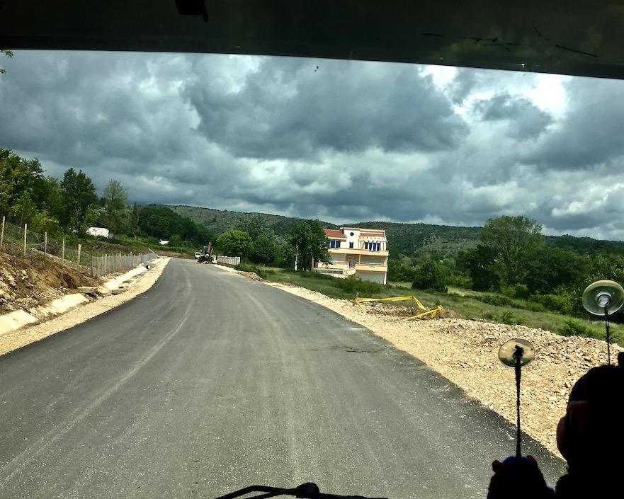 Neubau an der neuen Straße in Montenegro