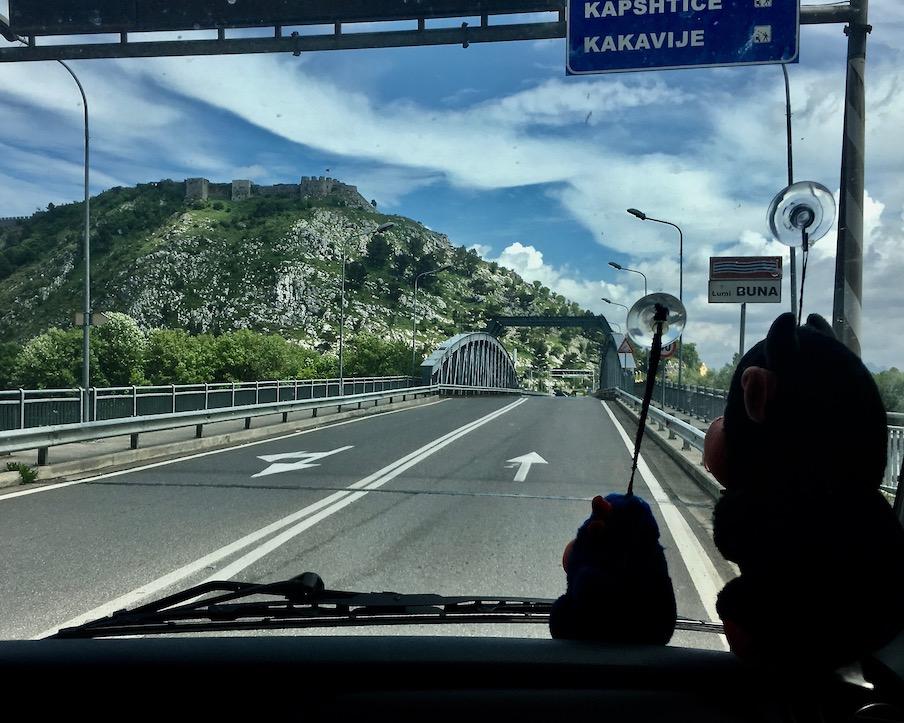 Neue Brücke vor der Burg Rozafa Shkodra Albanien