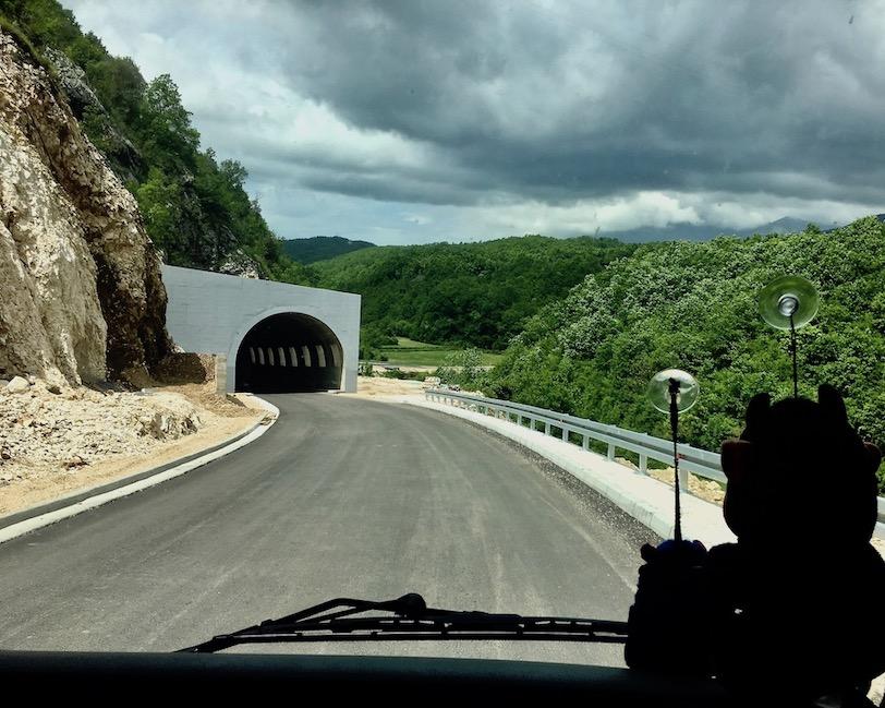 Neue Straße mit Tunnel in Montenegro
