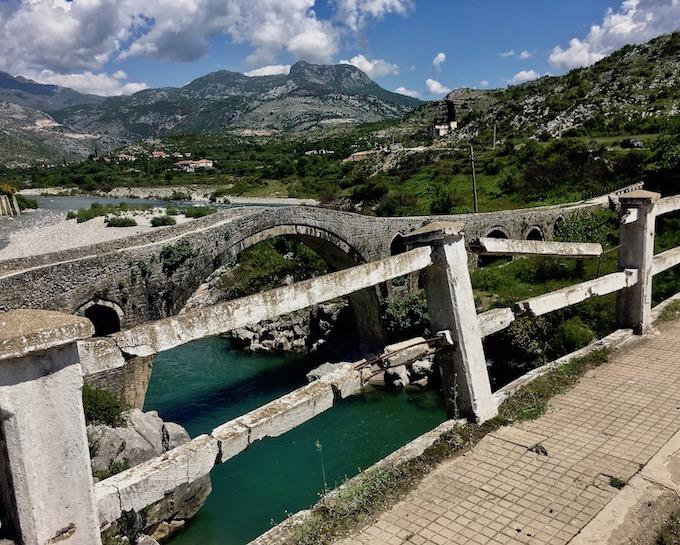 Neue und osmanische Mesi Brücke Albanien