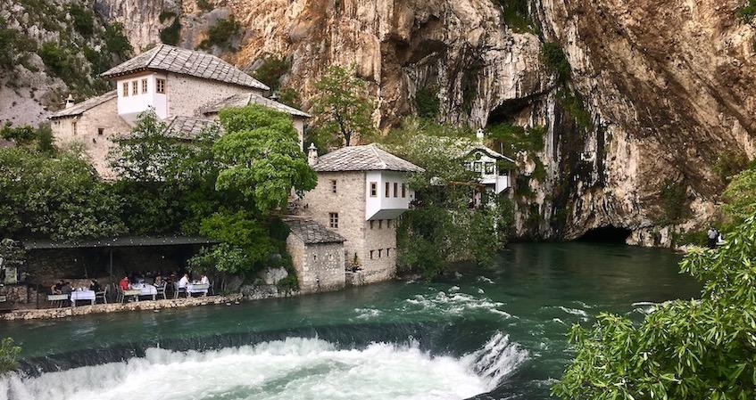 Blagaj Bosnien-Herzegowina Quelle der Buna und Tekke-Derwish-House in Blagaj Bosnien-Herzegowina