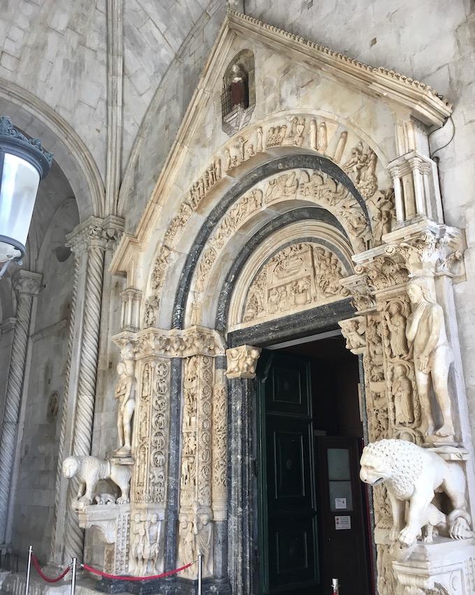 Trogir Kroatien Historische-Altstadt UNESCO-Weltkulturerbe Adriaküste Kroatien Radovans Portal an der Kathedrale von Trogir Kroatien