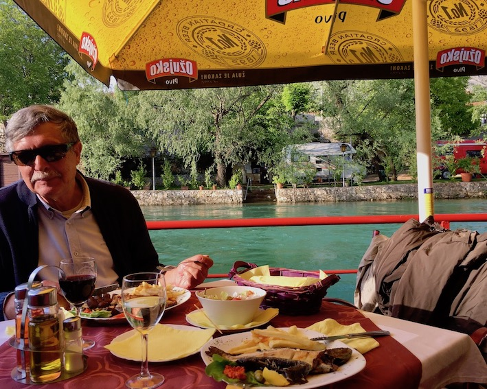 Restaurant gegenüber des Stellplatzes in Blagaj