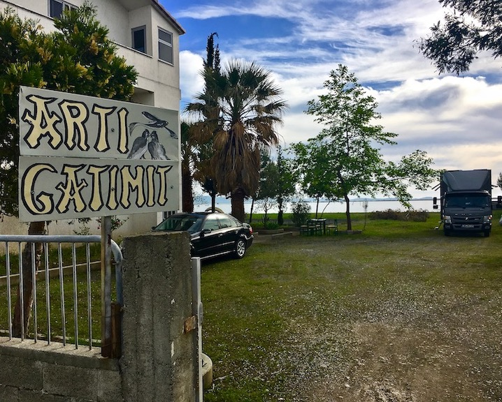 Wohnmobile-Stellplatz bei Restoran Arti-Gatimit direkt an der Laguna-e-Patokut Albanien