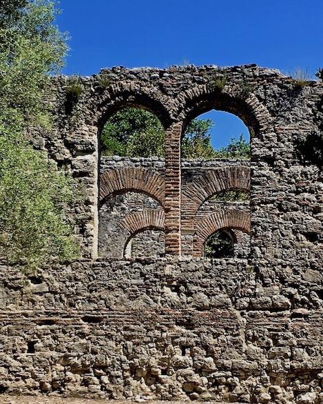 Rundbögen der Großen Basilika Butrint Albanien