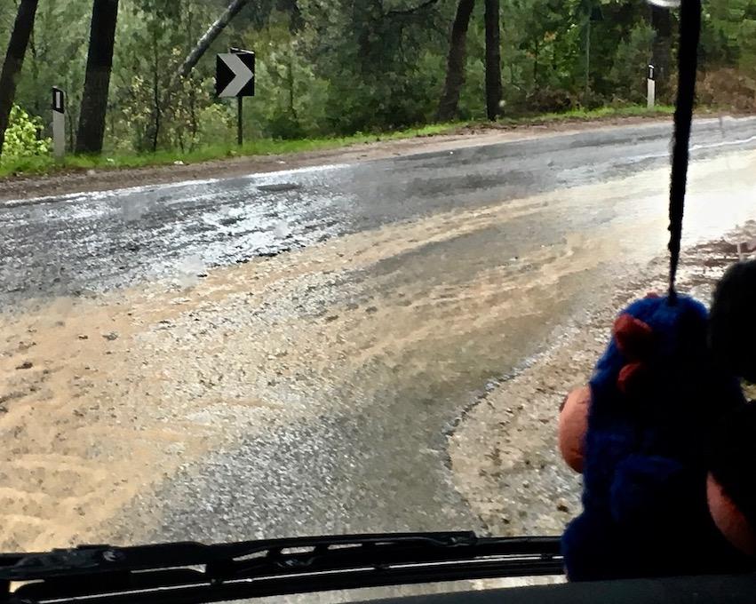 Straßen werden zu Flüßen abwärts von Kruja Albanien