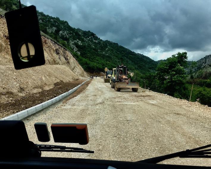 Straßenbaumaschinen kommen entgegen in Montenegro