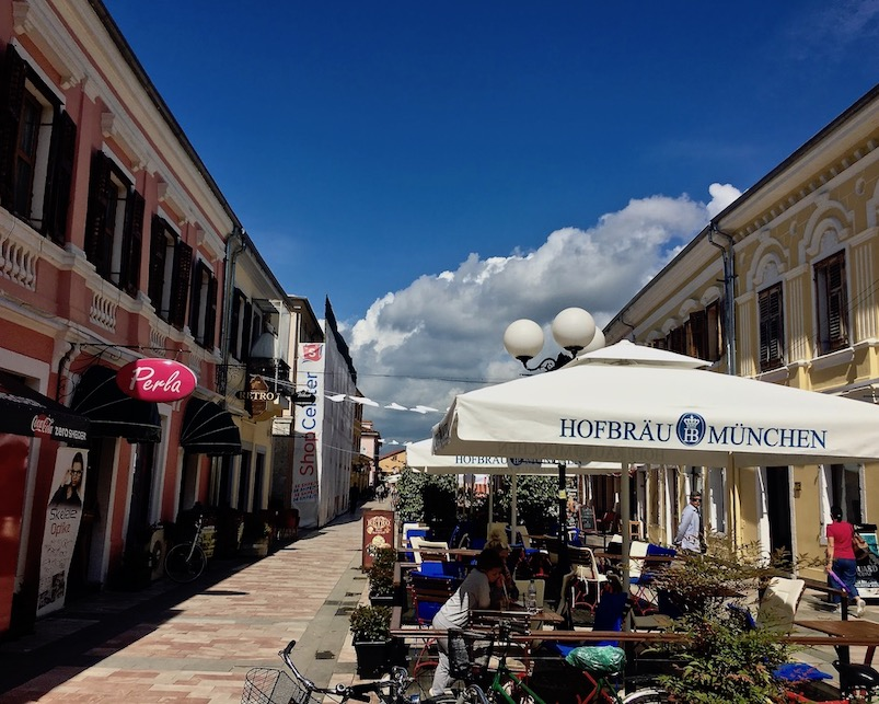 Straßenlokale in der Fußgängerzone Shkodra Albanien