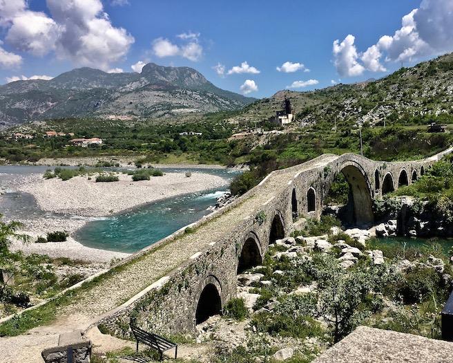 Ura e Mesi osmanische Brücke über den Fluß Kir in Albanien