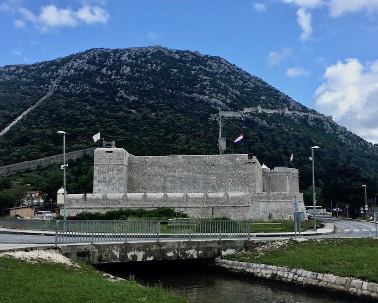 Veliki Kastel in Ston mit der Wehrmauer
