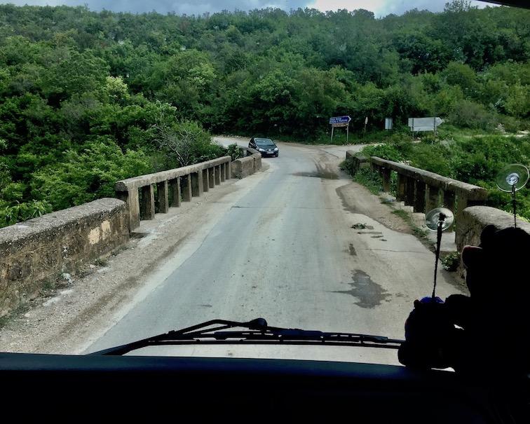 alte Brücke mit Gegenverkehr