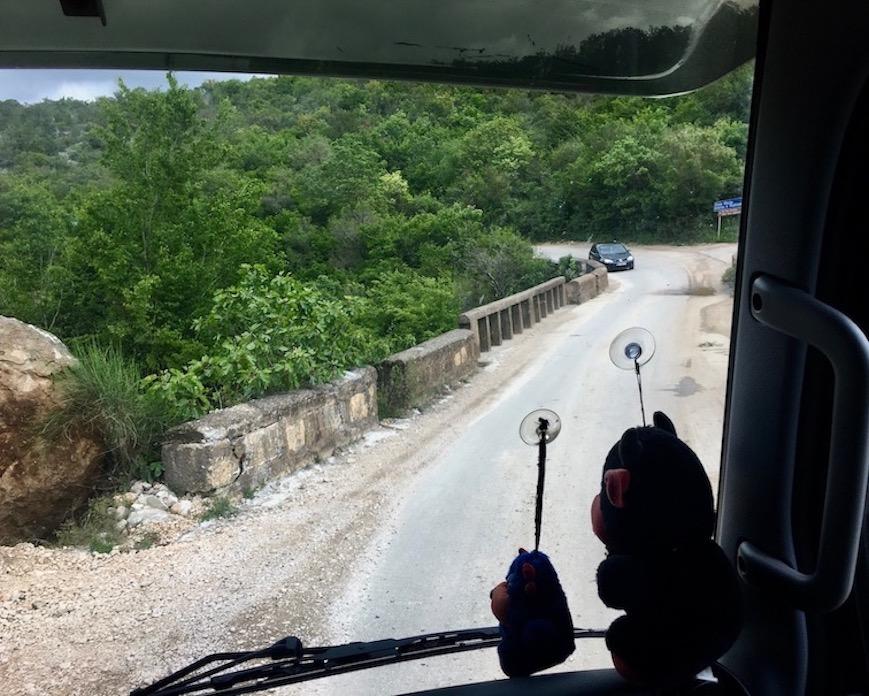 alte Brücke mit Gegenverkehr in Montenegro