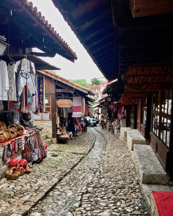 Kruja Albanien alter Basar vor den Burgtoren in Kruja Albanien