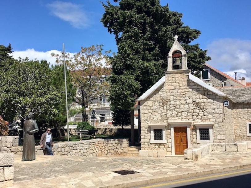 Primosten Historische-Altstadt Adriaküste Dalmatien Kroatien altes Kirchlein in Primosten Kroatien