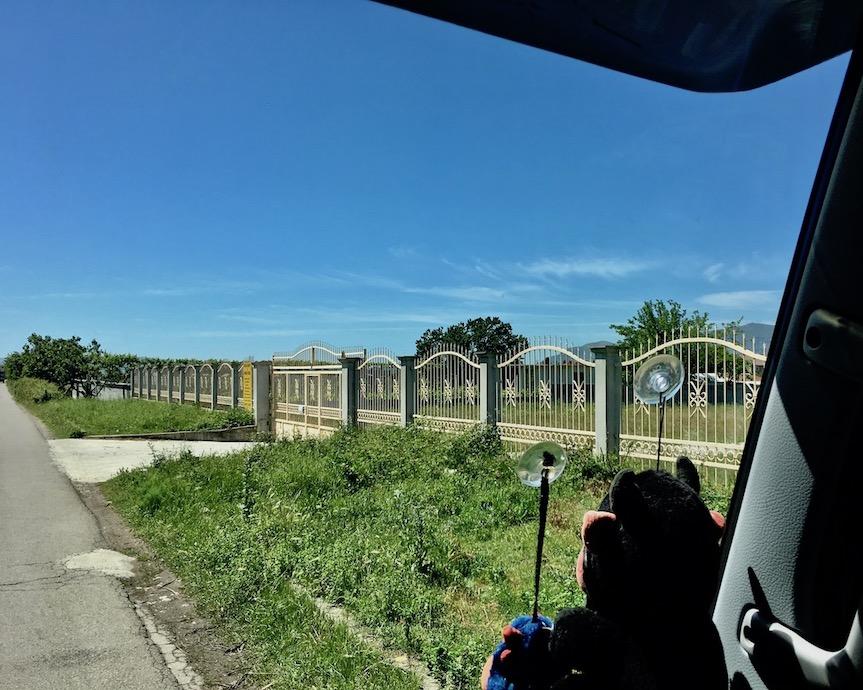 aufwendige Zäune ohne Häuser inAlbanien