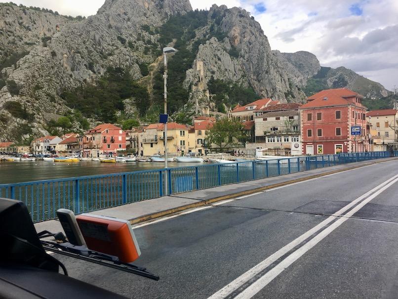 bei Omis Kroatien auf der Brücke über Die Cetina