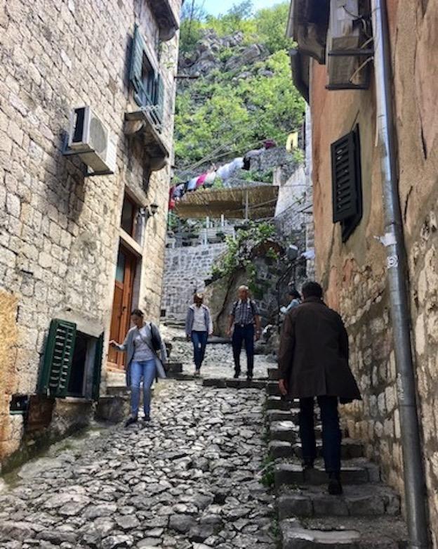 beschwerlicher Weg auf die Wehrmauern von Kotor Montenegro