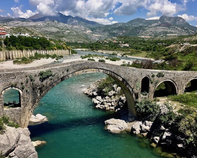 großer Bogen Ura e Mesi am Fluß Kir in Albanien