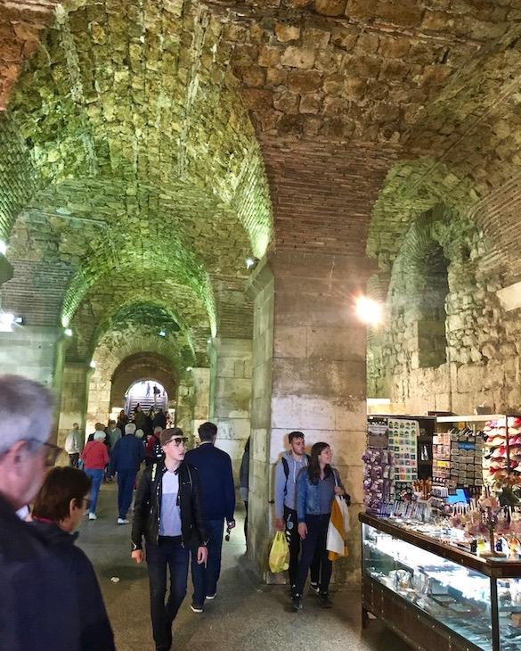 Split Historische-Altstadt UNESCO-Weltkulturerbe Adriaküste Dalmatien Kroatien in den Kellern des Diokletian Palast in Split Kroatien