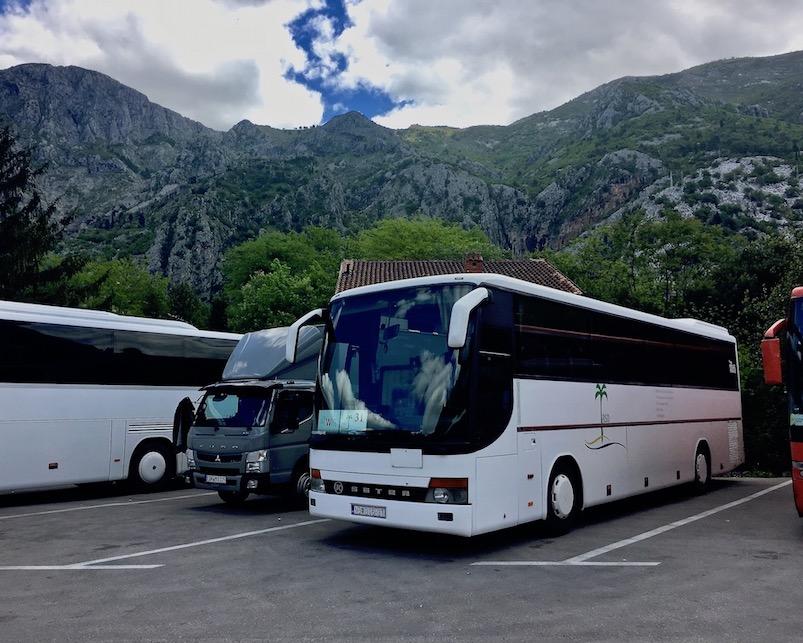 Wohnmobile-Stellplatz auf Bus-Parkplatz Kotor-Bucht Montenegro