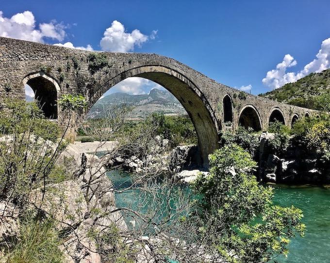 osmanische Brücke Ura e Mesi in Albanien