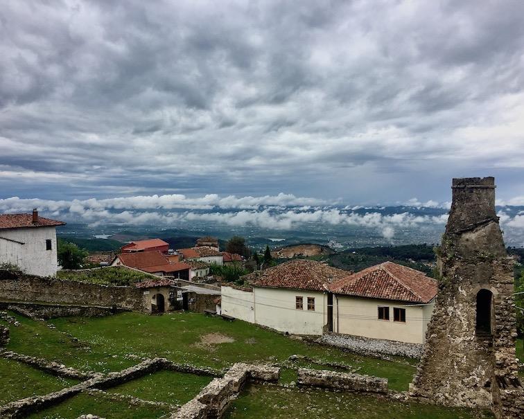Kruja Albanien weiter Blick ins Tal von der Burg Kruja Albanien