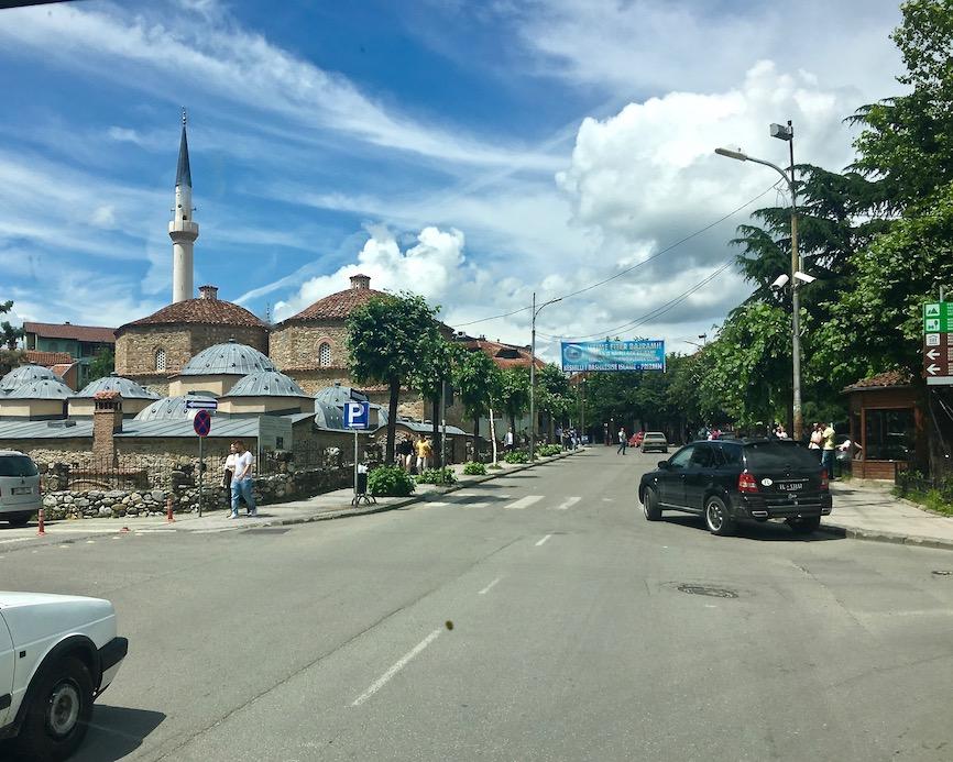 Ankunft in Prizren Kosovo Prizren Kosovo alte Steinbrücke über Fluss Bistrica Moschee Sinan-Pascha